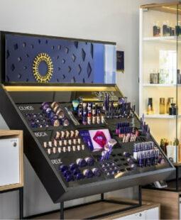Expositor de maquiagens da loja de cosméticos Hinode
